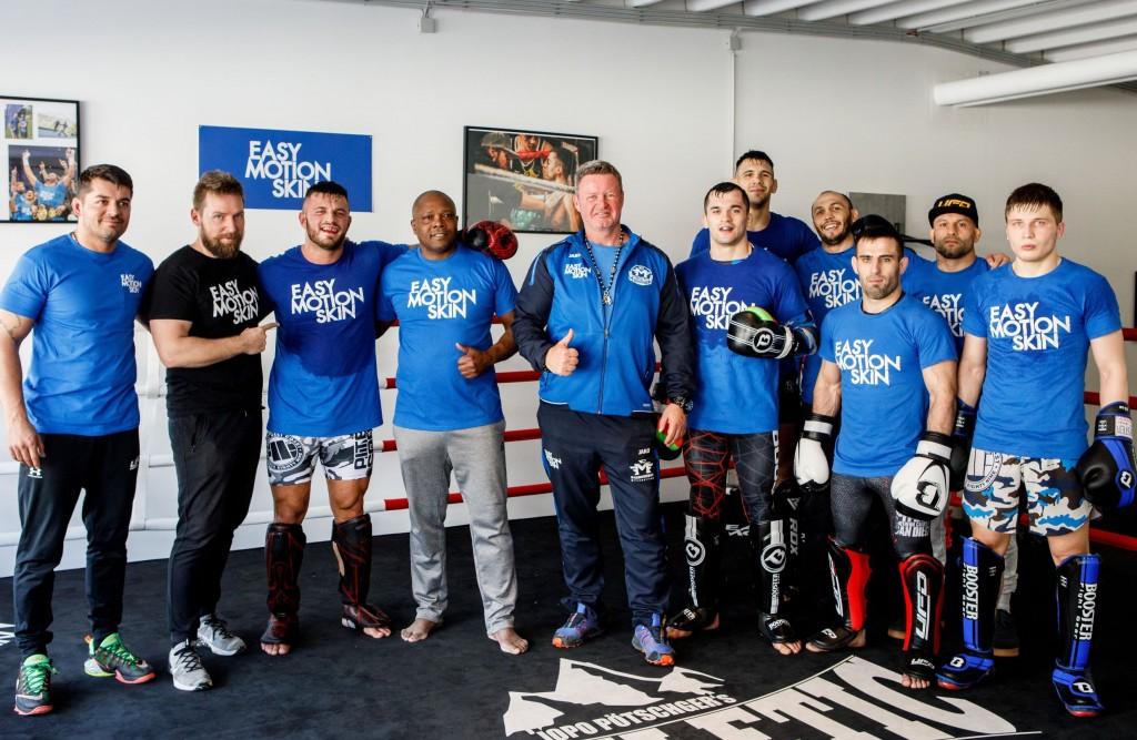 MMA Kämpfer in Gleiwitz: Mitte: (startend mit 3. von links) MMA Fighter und Champion Roberto Soldic, Unternehmer Christian Jäger und UFD Eigentümer Ivan Dijakovic; flankiert vom UFD Team